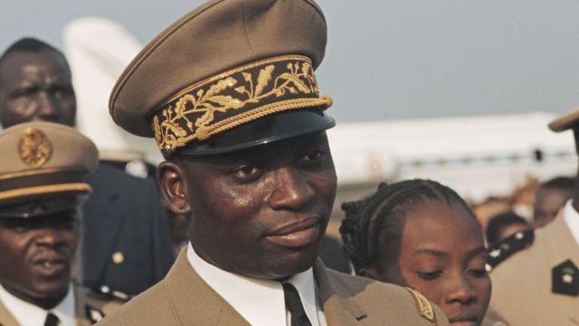Gnassingbé Eyadèma, en tenue militaire avec képi sur la tête