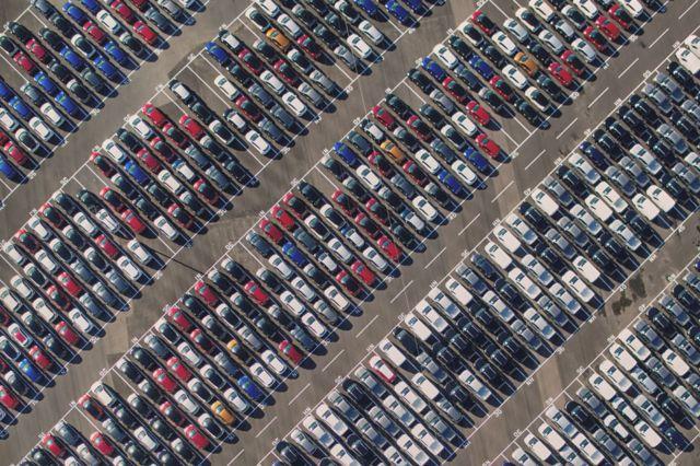 Un estacionamiento repleto de autos