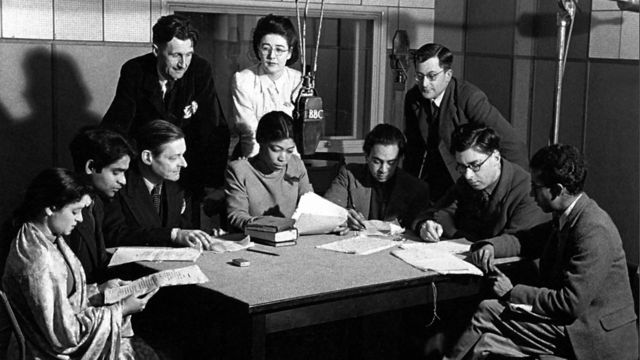 George Orwell (ayakta, en solda) ile TS Elliot (ayakta, ortada)