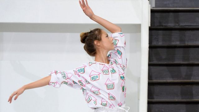 पेरिस में 2017 स्प्रिंग/समर रेडी टू वियर कलेक्शन फ़ैशन शो के दौरान एक मॉडल.