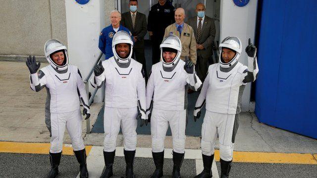 تاکسی فضایی دست تکان دادن فضانوردان برای خانواده و دوستانشان