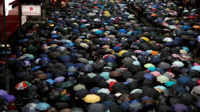 우산을 들고 시위에 참여한 홍콩 시위대