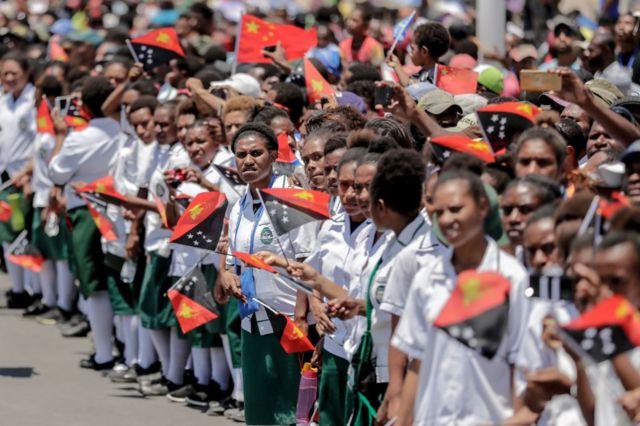 2018年11月16日,巴布亞新幾內亞兒童手舉中國和巴新國旗,歡迎習近平訪問。