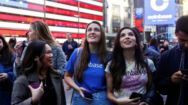 Сотрудники компании Coinbase в Нью-Йорке перед размещением акций