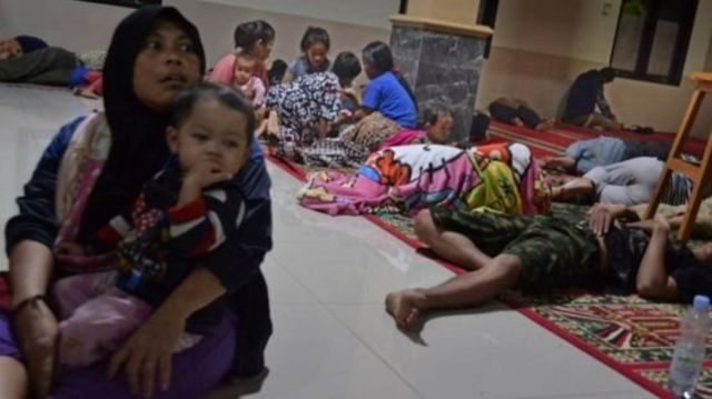 ประชาชนบางส่วนเมืองปันเดกลังที่วิ่งเข้าไปหลบภัยในมัสยิดแห่งหนึ่งหลังจากเกิดสึนามิพัดถล่ม
