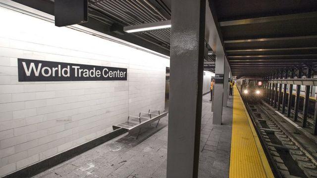 17년만에 재개통한 WTC-코틀랜드 스트릿 역에 열차가 도착하고 있다