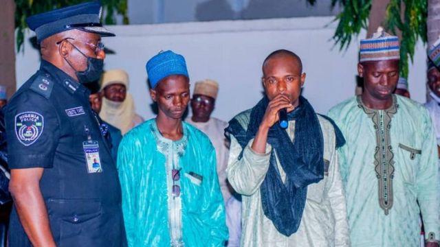 Auwalu Daudawa (com microfone) e outros membros de sua gangue