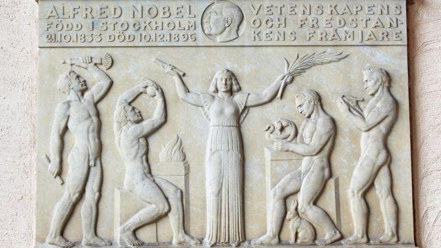 Placa celebrando el Nobel