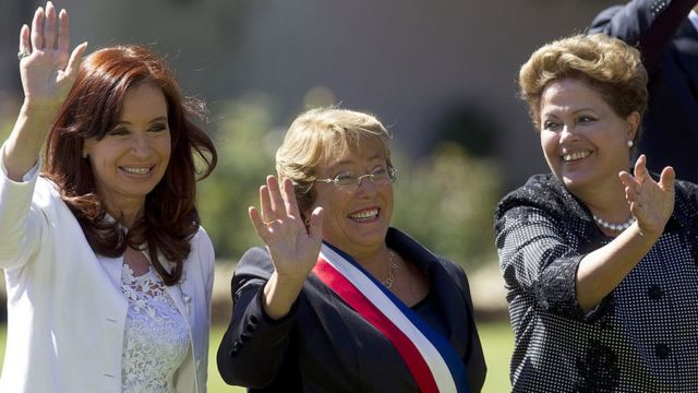 Cristina Fernández, Michelle Bachelet y Dilma Rousseff saludando (crédito: Getty Images)