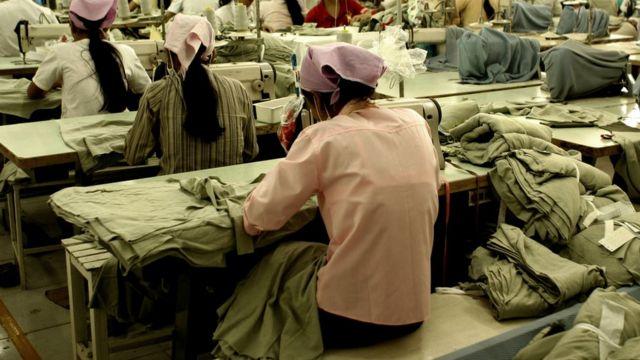 Mujeres cosiendo en fábrica