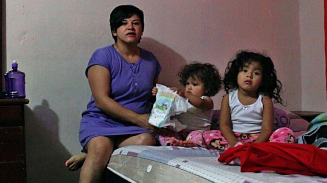 Sandra Sandoval com suas filhas