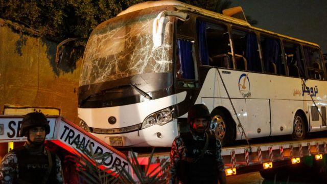 انفجار یک بمب دستساز در روز جمعه (۷ دی/ ۸ دسامبر) در نزدیکی اهرام مصر، به کشته و زخمی شدن تعدادی از سرنشینان یک اتوبوس توریستی انجامید