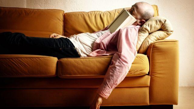 Un sillón muy cómodo no ayuda a la concentración en la lectura.