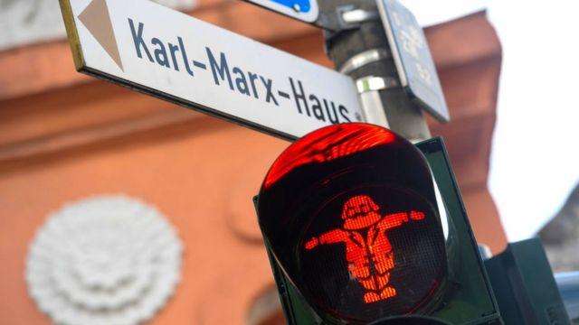 Светофор на пешеходном переходе в центре Трира: Карл Маркс запрещает вам переходить дорогу