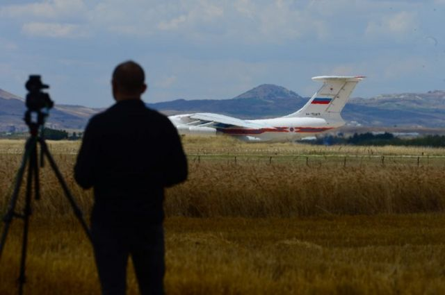 S-400 hava savunma sisteminin ilk paketi bir Rus uçağı tarafından getirildi