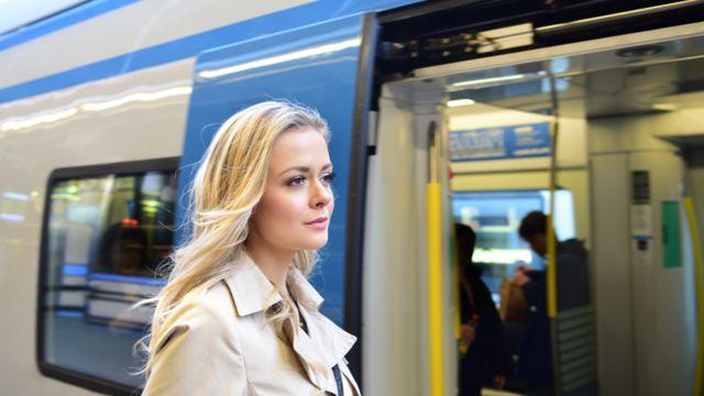 Jovem num trem na Suécia