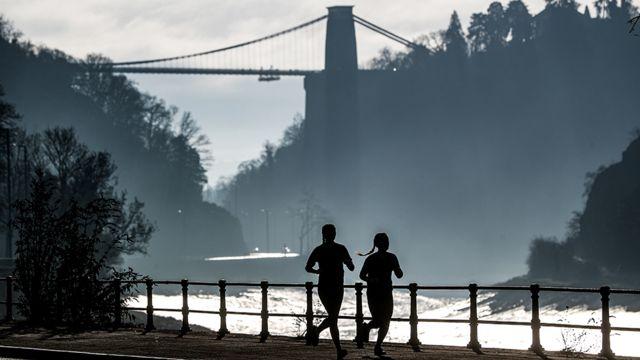 Duas mulheres correm em Bristol, no Reino Unido