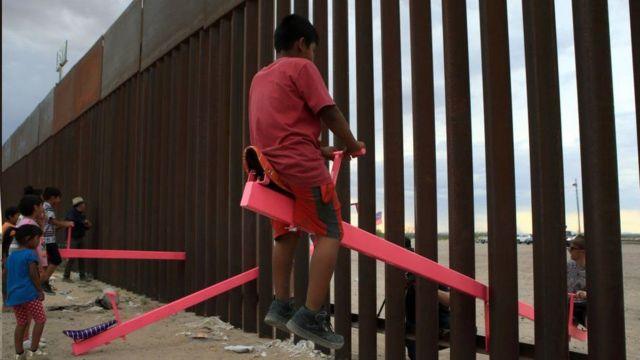 الاکلنگ 'دیوار تیتر-توتر' (دیوار الاکلنگ) در دیوار مرزی آمریکا و مکزیک