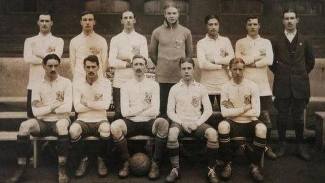 L'Égyptien Hussein Hegazi (troisième en partant de la droite dans la rangée arrière) a été l'un des premiers Africains à jouer en Angleterre