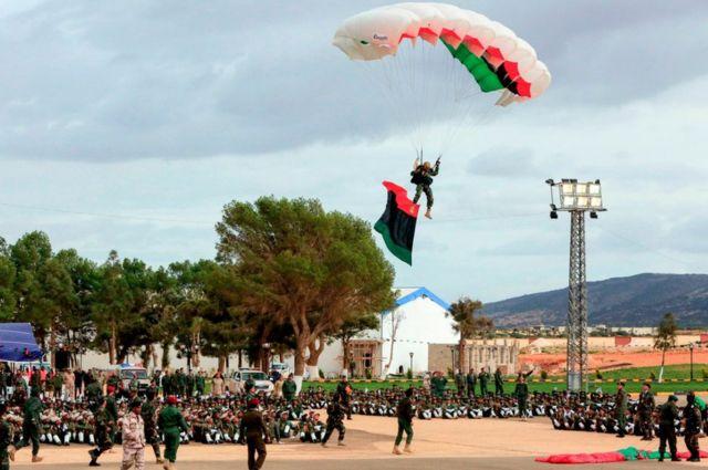 خريجو القوات المسلحة الليبية يؤدون عرضا خلال حفل التخرج الاثنين في الأكاديمية العسكرية بمدينة بنغازي شرقي ليبيا