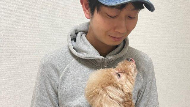 Shoji Morimoto observando um cachorro