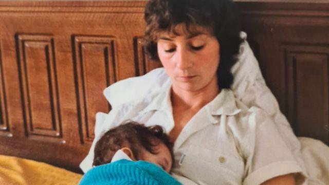 Mariela con su mamá adoptiva