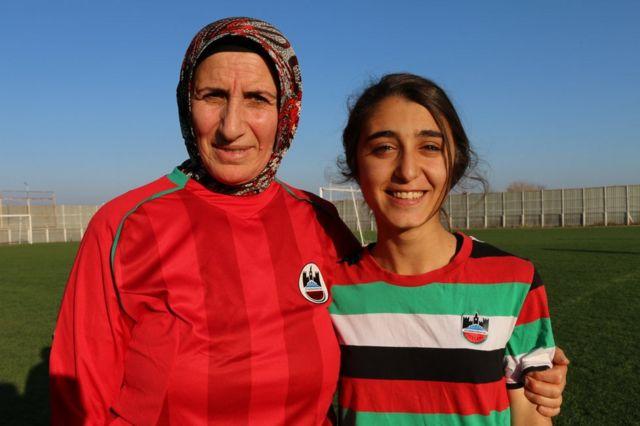 Yağmur Çetin siente admiración por Azize, a la que llama la Ronaldo del equipo. La veterana jugadora le corresponde el ápodo llamándola Messi.