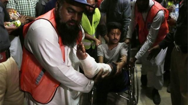 ラホールの爆発で被害に遭った男性(27日)