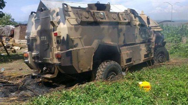 戦闘で破壊された軍の車両(11日、ジュバで)