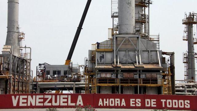 Imagen de una refinería en la ciudad de Morón, Venezuela.