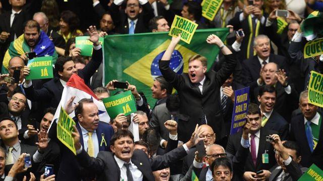 Deputados celebrando o resultado da votação pelo impeachment de Dilma Rousseff. 17.abr.2016