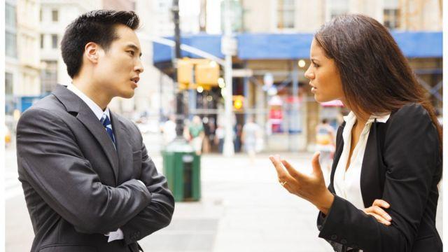Duas pessoas discutindo