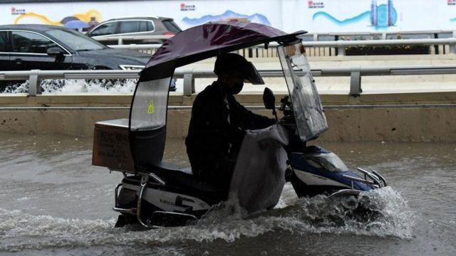 河南暴雨引发严重洪灾,郑州地铁被淹已致12人死亡 河南暴雨引发严重洪灾,郑州地铁被淹已致12人死亡