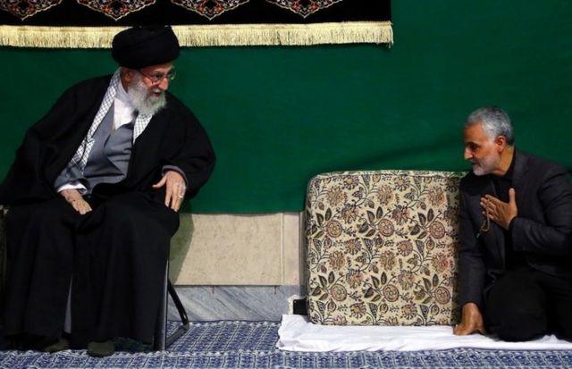 Ali Khamenei (à esquerda) e Qasem Soleimani (à direita)