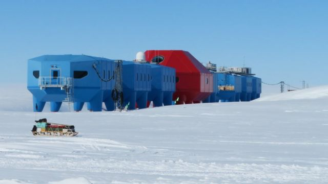 Estação Halley em meio ao gelo, durante o dia