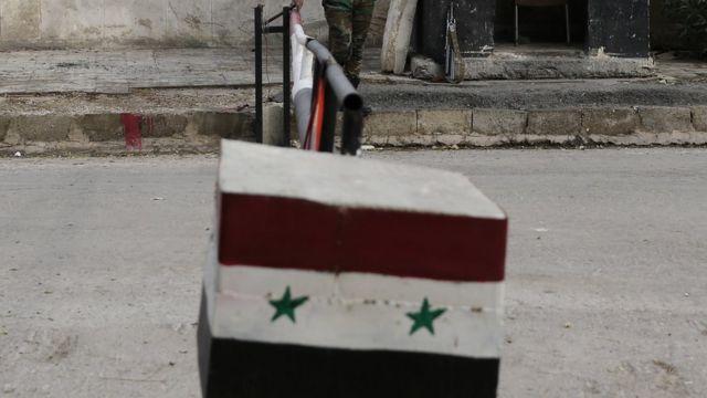 جندي سوري يقف على حاجز تفتيش