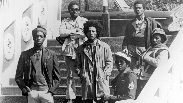 Fotografía en blanco y negro de Bob Marley y su banda cuando jóvenes.