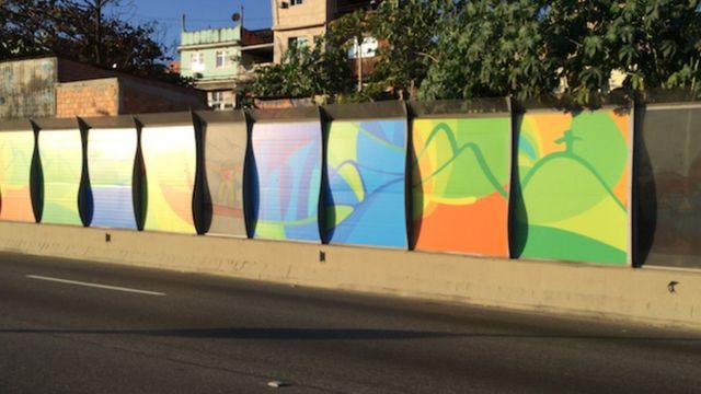 Los paneles en frente de las favelas