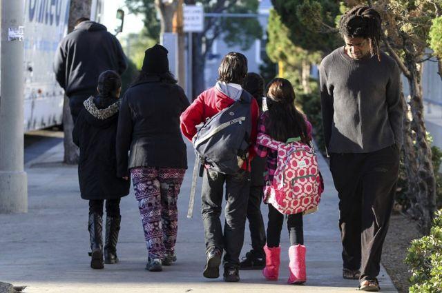 休校になった学校から子供を連れて帰る保護者たち