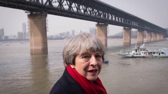 英国首相特蕾莎·梅2018年1月访问中国时在武汉长江边留影。