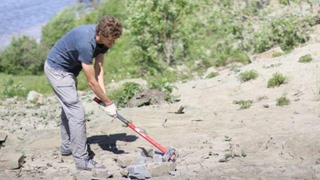 Investigadores examinando rocas en la costa del Mar Balnco en Rusia
