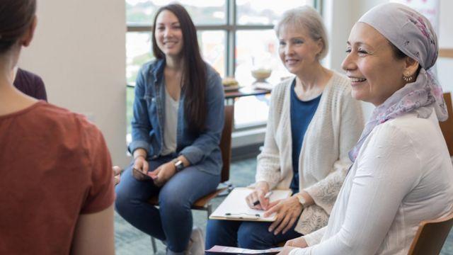 Mulher de diferentes idades em uma roda de conversa