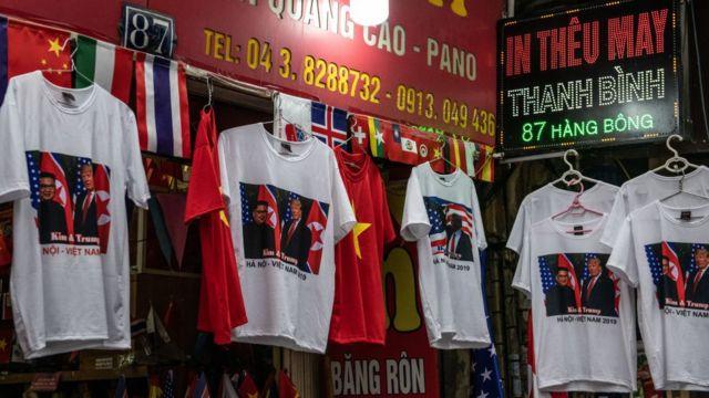 하노이 시장에서 김정은 위원장과 트럼프 대통령의 사진이 인쇄된 티셔츠가 판매되고 있다