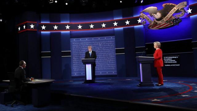 Trump e Clinton em debate na noite da segunda-feira