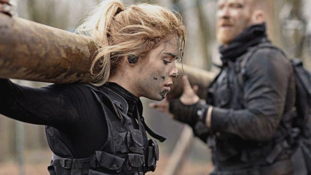Девушка в военной форме с бревном