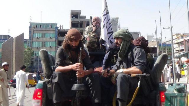 Soldados do Talebã patrulham as ruas de Jalalabad