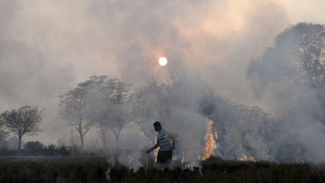 भारत में पुआल जलाने की तस्वीर