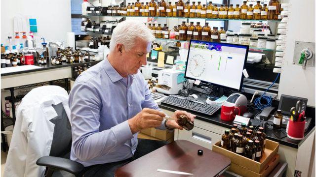 Un perfumista en pleno trabajo