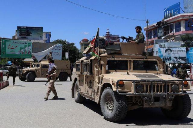 Afgan güvenlik güçleri, 19 Mayıs 2020'de Kunduz'da Taliban militanları ile Afgan güvenlik güçleri arasında devam eden savaşın ortasında bir Humvee aracında oturuyor