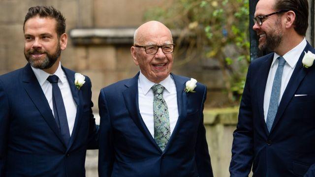 Rupert Murdoch acompañado de sus hijos, Lachlan (izquierda) y James (derecha).